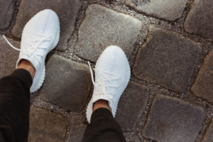 YEEZY Boost 350 V2 Triple White outfit: city-suitable sweats | Bikinis & Passports
