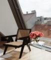Vicky Heiler Apartment, Living Room: Wiener Geflecht - Bikinis & Passports